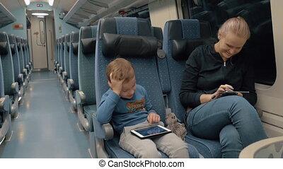 famille, voyager, par, train, et, divertissement, à, électronique