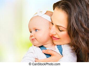 family., abraçando, mãe, lar, bebê, beijando, menina, feliz