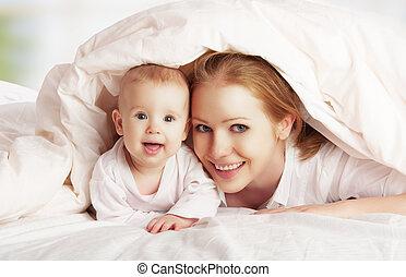 family., cobertor, sob, mãe, bebê, tocando, feliz
