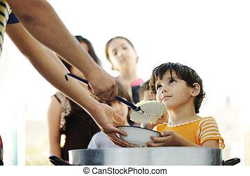 faminto, crianças, em, acampamento refugiado, distribuição, de, humanitário, alimento