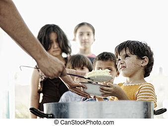 faminto, crianças, em, acampamento refugiado, distribuição,...