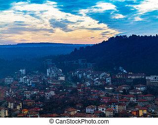 fantástico, hermoso, cityscape, en, anochecer, con, el, línea horizonte, disappears, en, el, fog., imagen, exposiciones, un, agradable, grano, patrón, en, 100 por ciento, ., en, ocaso, veliko, tarnovo, bulgaria.