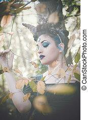 fantasia, fada, com, chifres, em, floresta, entre, árvores, e, ramos
