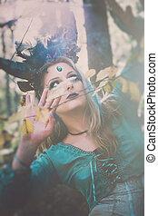 fantasia, fata, con, corna, in, foresta, tra, albero, e, rami