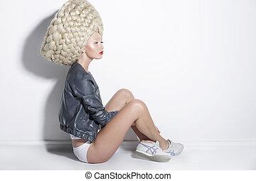 fantasia, &, inspiration., mulher, em, incomum, peruca, com, falso, cabelo trançado