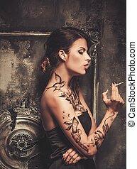 fantasmal, tattooed, fumar, mujer, hermoso, interior, viejo