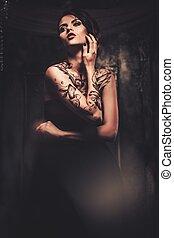 fantasmal, tattooed, mujer, hermoso, interior, viejo
