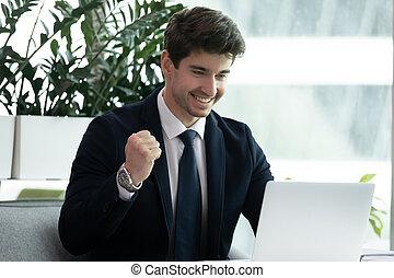 fantastique, lire, occasion, nouvelles, excité, ordinateur portable, sent, homme affaires