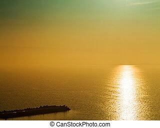fantasztikus, gyönyörű, naplemente seascape, noha, a, horizont megtölt, disappears, alatt, a, fog., kép, látszik, egy, kedves, gabona, motívum, -ban, 100 percent percent