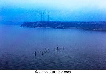 fantasztikus, kilátás a tengerre, hálózat, közül, halász, noha, a, horizont megtölt, disappears, alatt, a, alacsony, fog., kép, látszik, egy, kedves, gabona, motívum, -ban, 100, percent., minimalism.