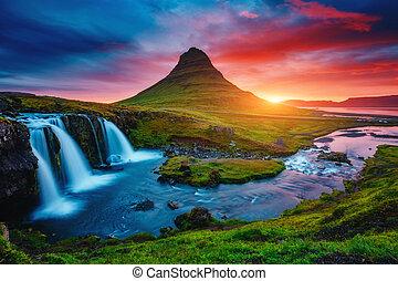 fantasztikus, volcano., vízesés, europe., este, híres, izland, állás, kirkjufell, kirkjufellsfoss, elhelyezés