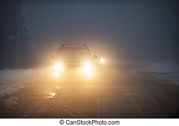 faróis, de, car, dirigindo, em, nevoeiro