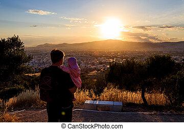 far, holde, hans, baby, kigge, til, den, solnedgang
