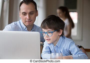 far søn, bruge laptop, siddende, hjem hos