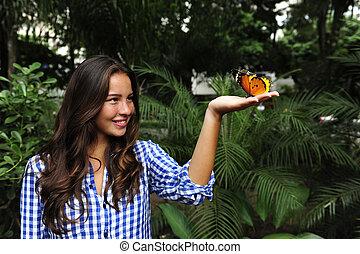 farfalla, donna sedendo, giovane, mano, foresta