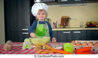 farine, jouer, girl, enfantqui commence à marcher, excité, cuisine
