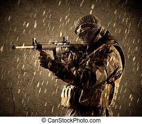 farlig, tungt, beväpnat, terrorist, soldat, med, maskera, på, grungy, regnfall, bakgrund