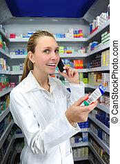 farmacéutico, hablar teléfono