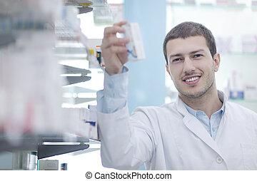 farmacéutico, químico, hombre, en, farmacia, farmacia