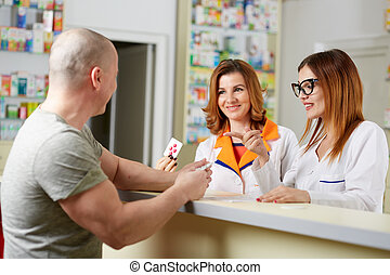 farmacéutico, venta, medicina, a, cliente