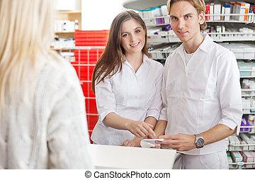 farmacéuticos, con, cliente, en, el, mostrador