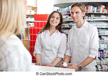 farmacéuticos, con, cliente, en, tienda