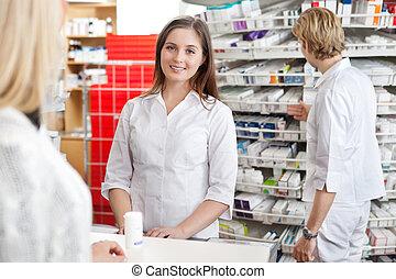 farmacêutico, assistindo, cliente, em, contador