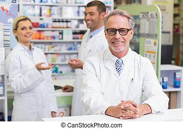 farmacêuticos, câmera, sorrindo, equipe