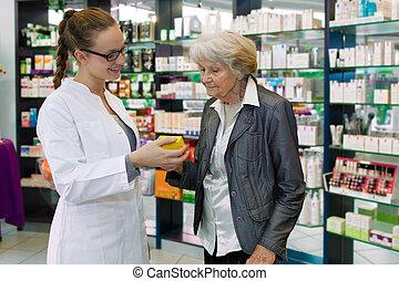 farmaceuta, senior, leczenie, pacjent, doradzając