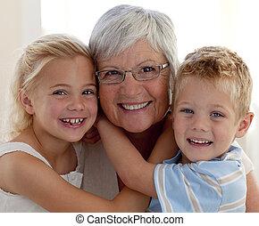 farmor, barnbarn, stående