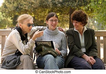 farmor, och, henne, doughter, och, granddoughter, talande, utanför