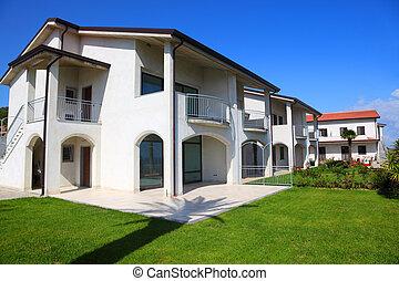 fasad, av, färsk, vit, two-story, hus, med, trädgård,...