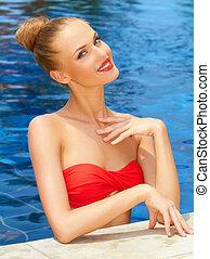 fascinante, mulher, posar, em, a, piscina