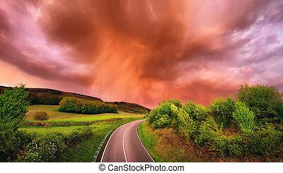 fascinante, nubes de la lluvia, encima, un, camino, en, ocaso