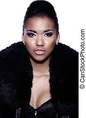 fascination, closeup, portrait, de, beau, sexy, noir, jeune femme, modèle, à, clair, maquillage, à, parfait, propre, dans, manteau fourrure