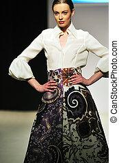 fashion show woman walk - fashion show woman at piste ...