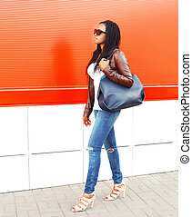 fason, afrykańska kobieta, z, torba, pieszy, w, miasto, na, czerwone tło
