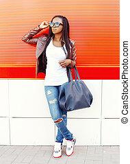 fason, afrykańska kobieta, z, torba, w, miasto, na, czerwone tło