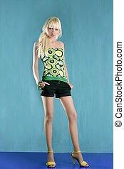 fason, blondynka, dziewczyna, pełna długość, stać, zielone tło