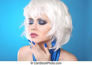 fason, dygać, blond, girl., biały, krótki, hair., piękno, makijaż, portret, woman., błękitny, manicured, nails., twarz, zamknięcie, do góry., hairstyle., fringe., moda, style.