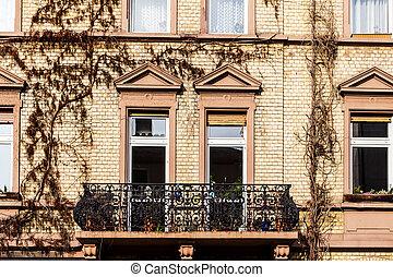 Fassade haus balkon orange italien lombardei haus for Suche ein haus