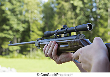Fast targeting with hand weapon through optical sight