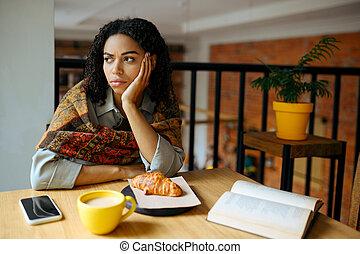 fatigué, étudiant féminin, table café
