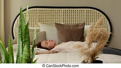 fatigué, femme, sommeil, work., chutes, bed., mattress., après, doux
