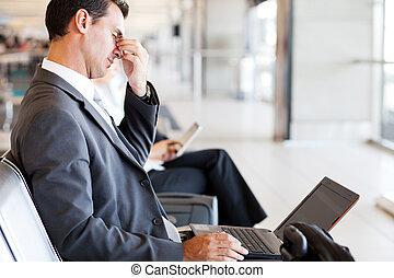 fatigué, homme affaires, prise coupure, à, aéroport