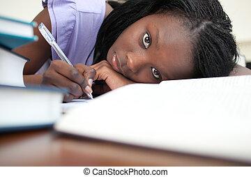 fatigué, jeune femme, étudier