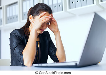 fatigué, jeune, femme affaires, à, ordinateur portable,...