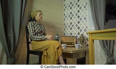 fatigué, soir, avoir, maison, girl, couturière, phonographe, boissons, relâche, lampe, atelier, musique, retro, thé, repos, écoute, femme, kérosène, phonograph., tailleur, vinyle, plaque, nuit, travaux, ou