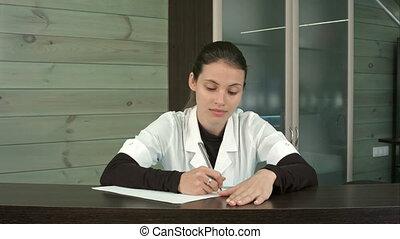 Femme tablette texting pc client usages bureau réception spa