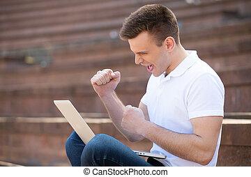 fatto, lavorativo, giovane, it!, mentre, computer, fuori, felice, gesturing, uomo